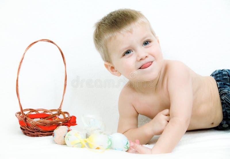 男孩复活节彩蛋一点 图库摄影