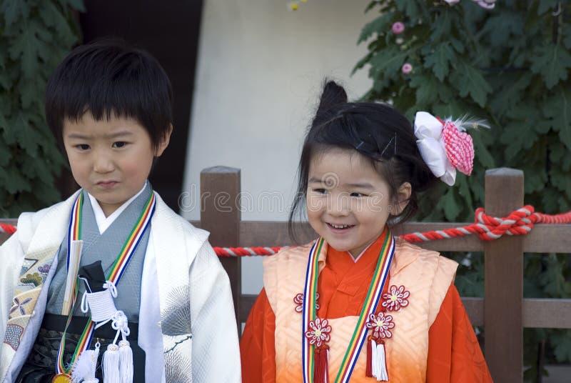 男孩女孩日本和服东京年轻人 免版税库存照片