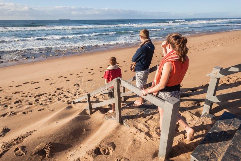 男孩女孩海滩波浪 免版税图库摄影