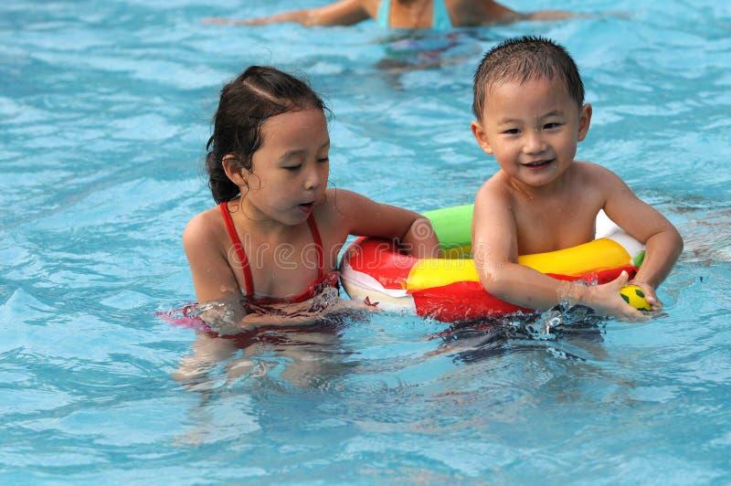 男孩女孩游泳 免版税库存图片