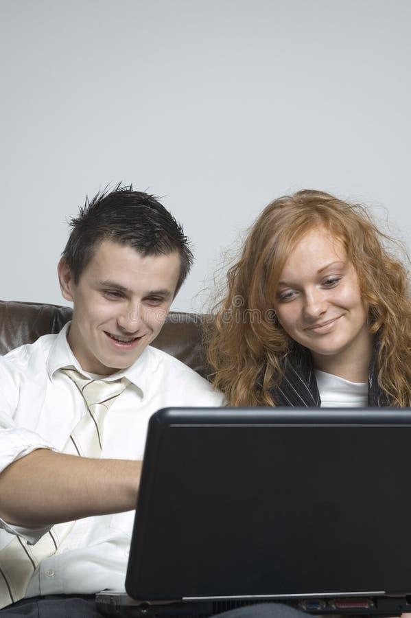 男孩女孩膝上型计算机 免版税库存照片