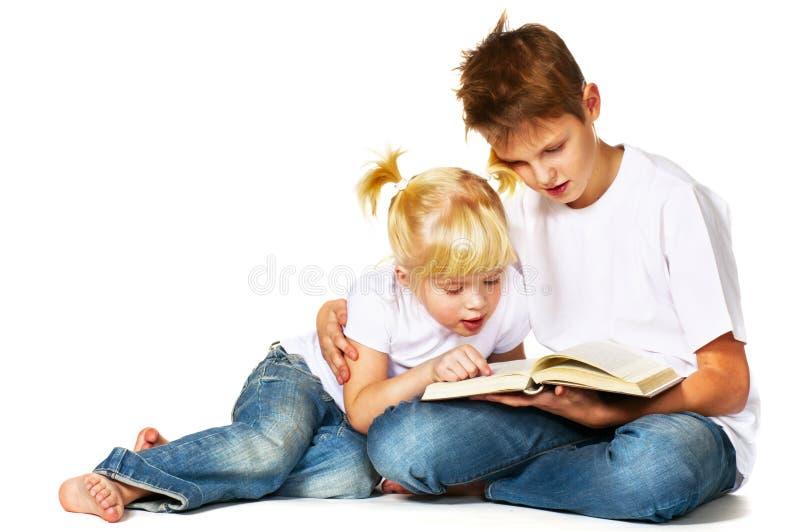 男孩女孩读取 免版税库存照片