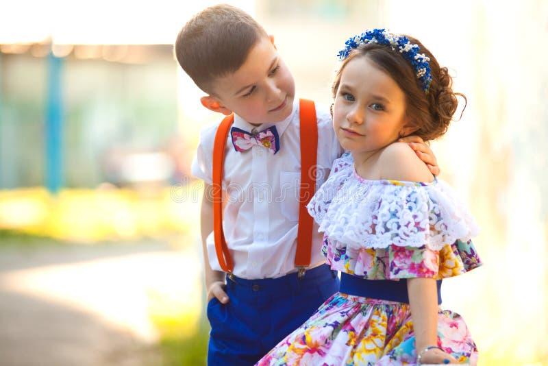 男孩女孩递藏品 Valentine& x27; s天 男孩庭院女孩亲吻的爱情小说 免版税图库摄影