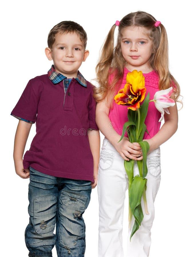男孩女花童俏丽微笑 免版税库存照片