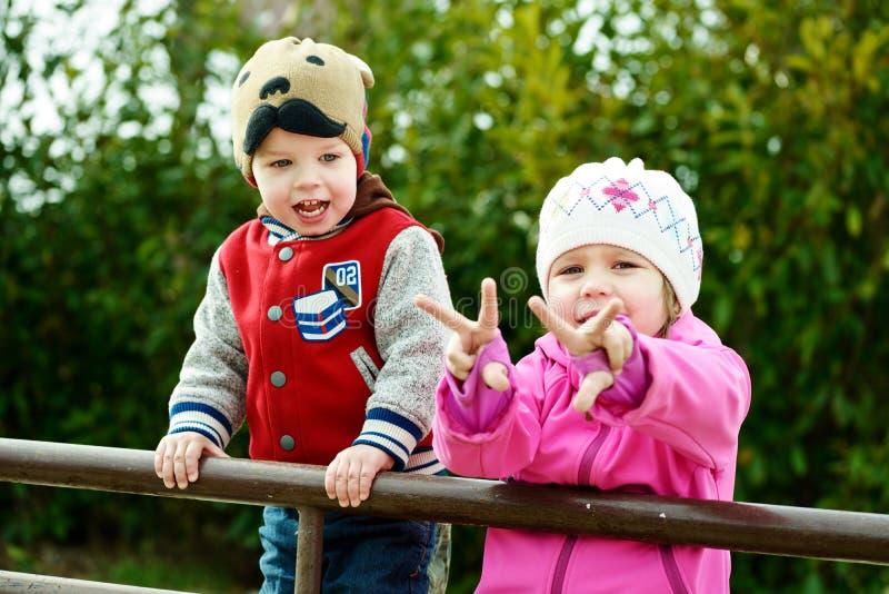 男孩子项迷恋女孩查找公园微笑 库存照片