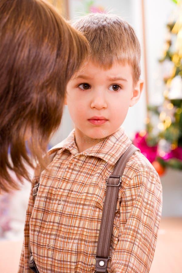 男孩学龄前儿童翻倒 库存照片