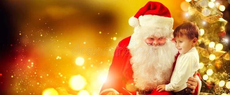 男孩小圣诞老人 背景圣诞节构成的节假日场面 库存图片