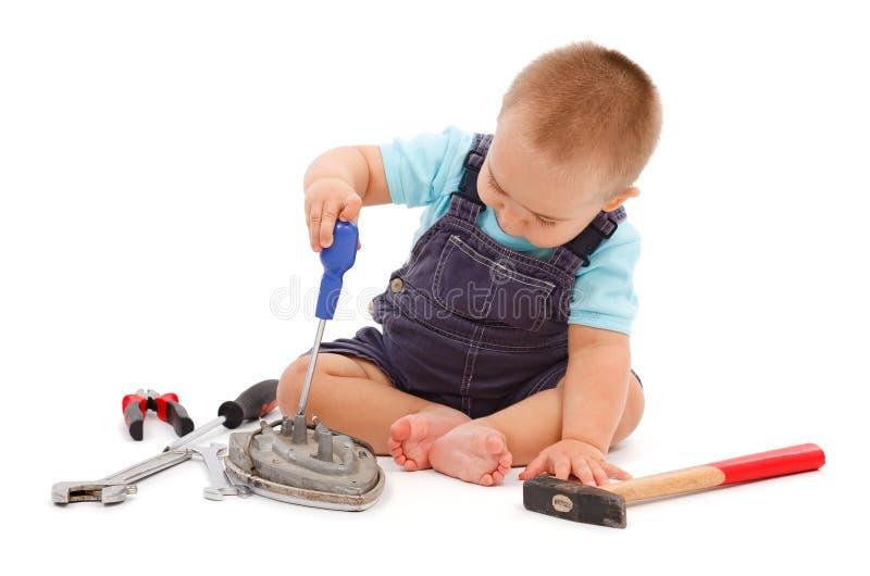 男孩小的使用的工具 免版税库存照片