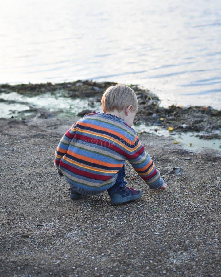 男孩少许使用的沙子 免版税库存照片