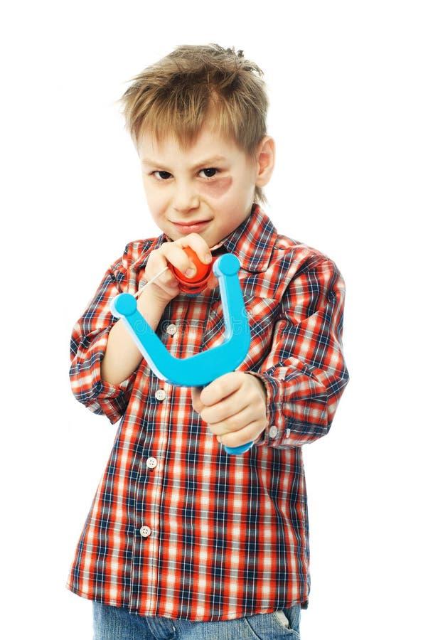 男孩少许弹弓 免版税库存照片