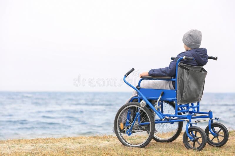 男孩少许轮椅 免版税库存图片