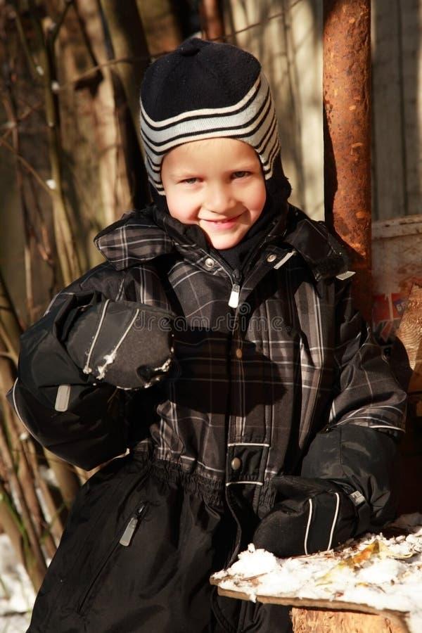 男孩微笑的冬天 图库摄影