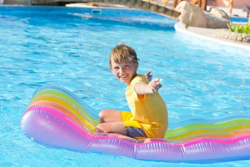 男孩愉快的使用的池 图库摄影