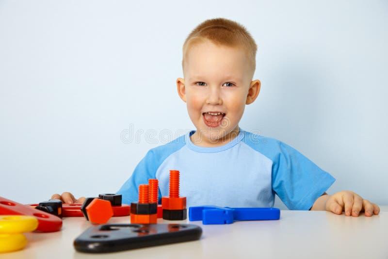 男孩愉快的小的使用的玩具 图库摄影