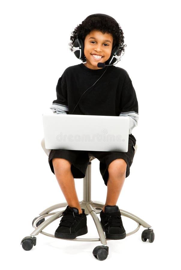 男孩愉快的膝上型计算机使用 免版税库存图片