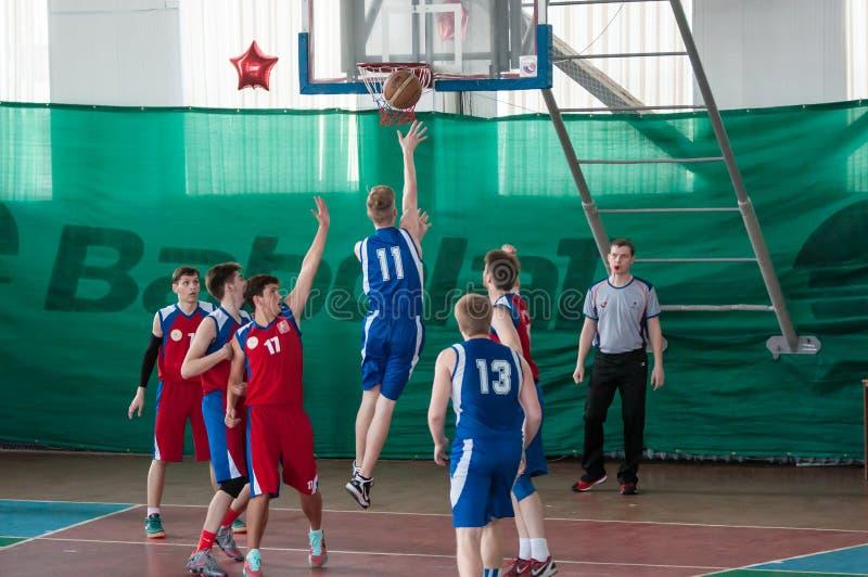 男孩戏剧篮球,奥伦堡,俄罗斯 免版税图库摄影