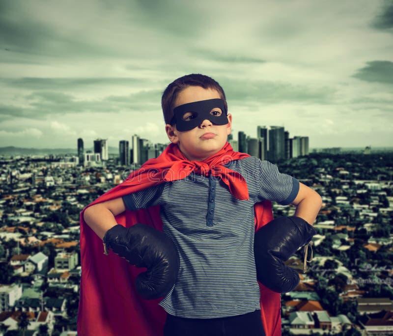 男孩打扮作为超级英雄 免版税库存照片