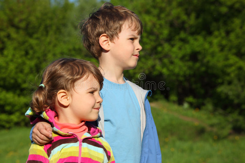 男孩拥抱女孩室外肩膀 图库摄影