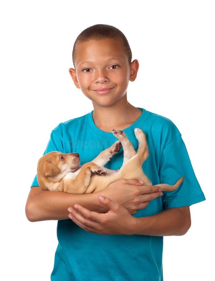 男孩拥抱小狗 库存图片