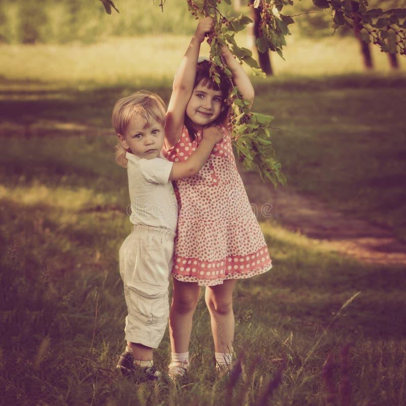 男孩拥抱的姐妹 库存图片