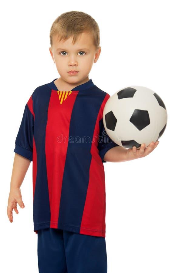 男孩拿着球 免版税库存图片