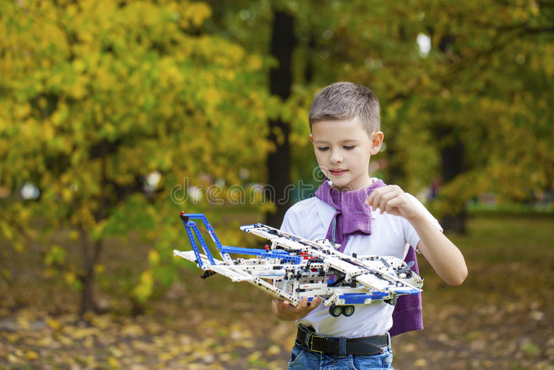 男孩拿着飞机机架 库存照片