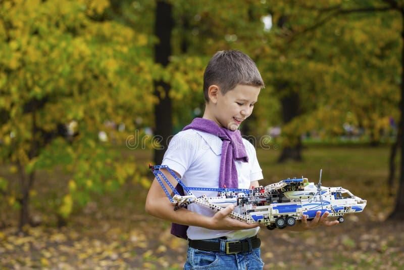 男孩拿着飞机机架 免版税库存照片