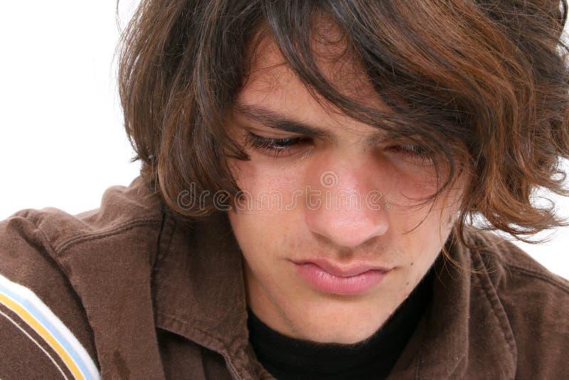 男孩接近哭泣的青少年