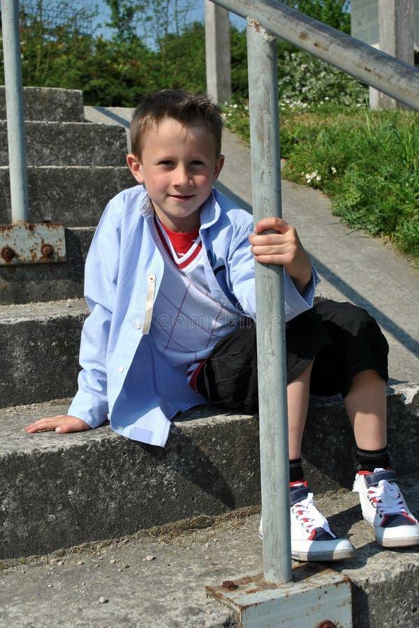 男孩新纵向的台阶 免版税库存照片