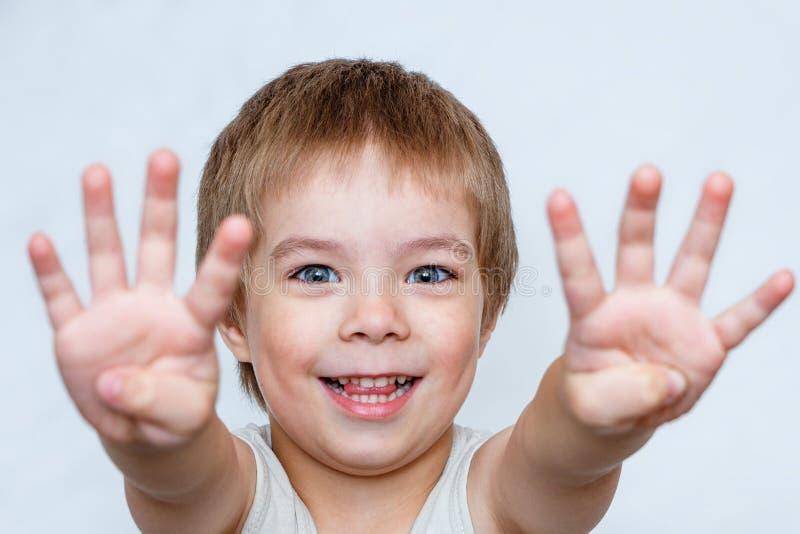 男孩显示棕榈 免版税库存照片