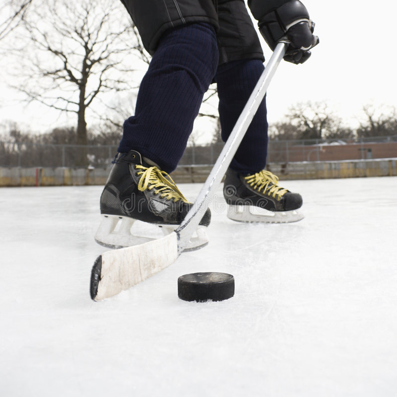 男孩曲棍球冰使用 免版税图库摄影