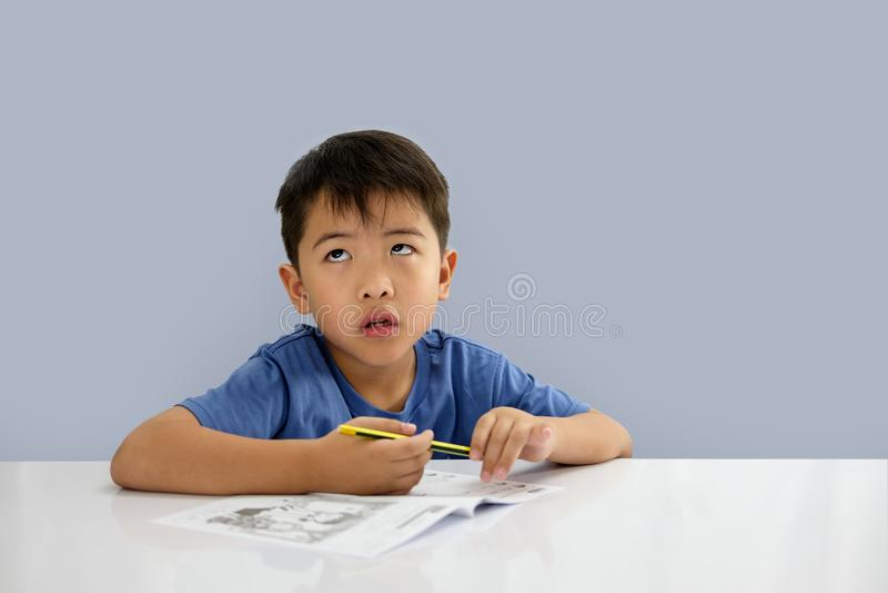 男孩查寻,当坐在的一些文字没有时 图库摄影