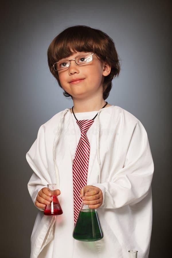男孩梦想成为化学家 库存照片