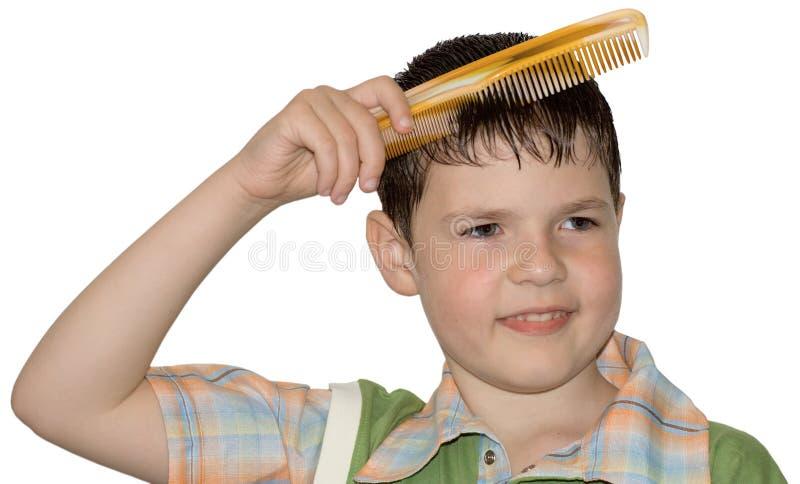 男孩梳头发卫生学 库存图片