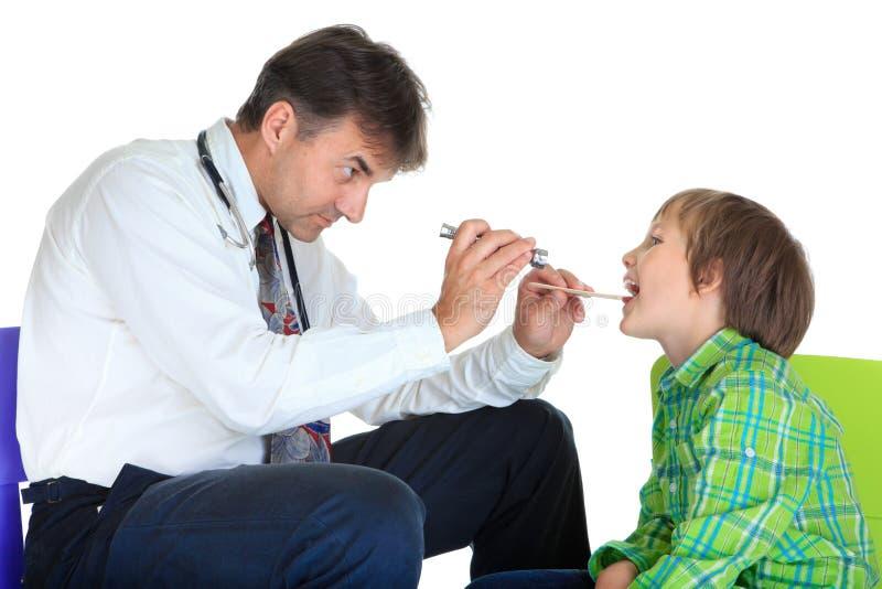 男孩检查的儿科医生 库存图片