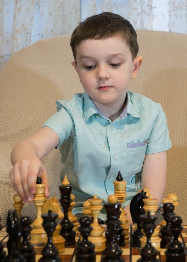 男孩棋使用 免版税图库摄影
