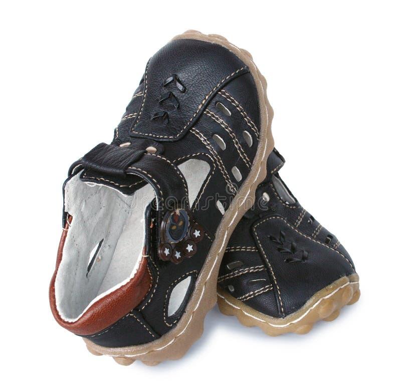 男孩棕色皮革凉鞋 免版税库存图片