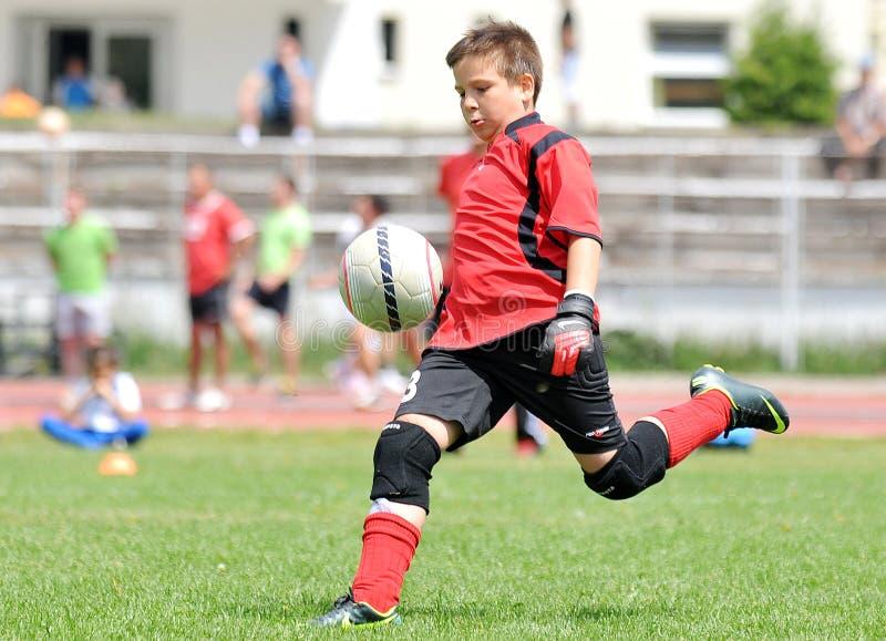年轻男孩橄榄球或足球守门员 免版税库存图片