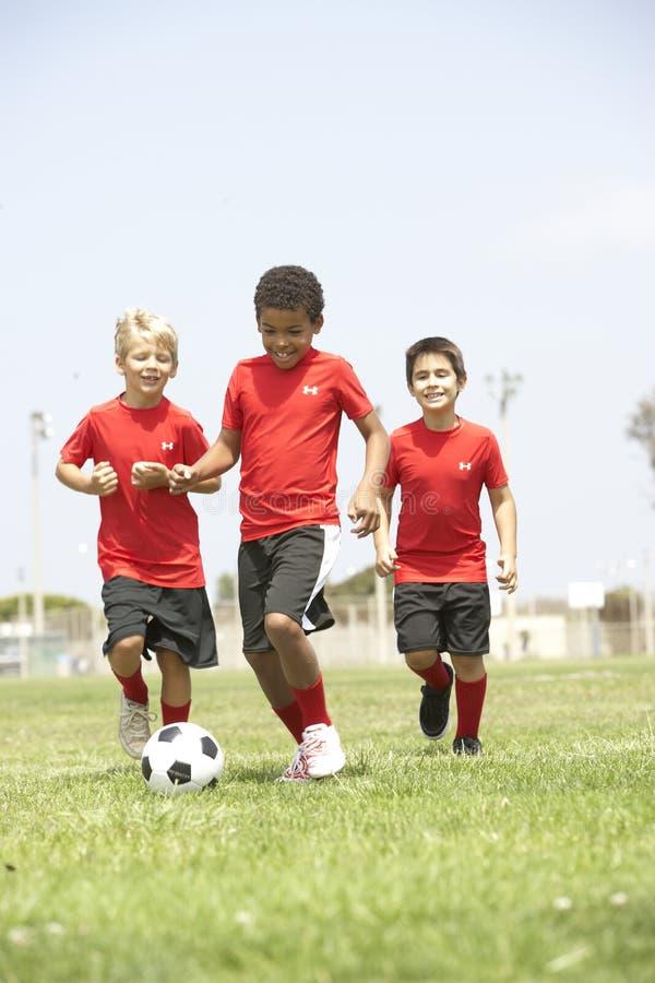 男孩橄榄球队年轻人 库存照片