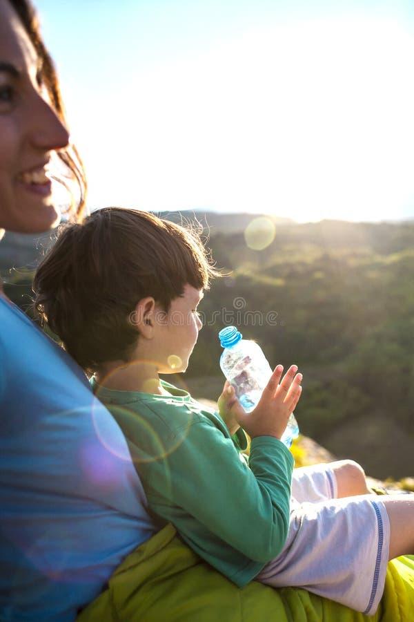男孩止他的干渴 图库摄影