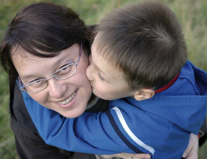 男孩母亲年轻人 免版税库存照片