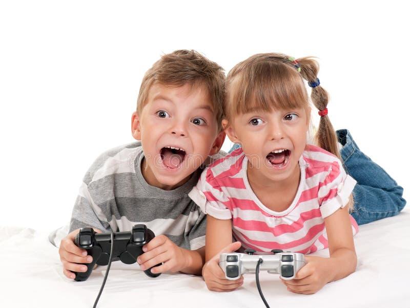 男孩比赛女孩愉快的使用的录影 免版税库存图片