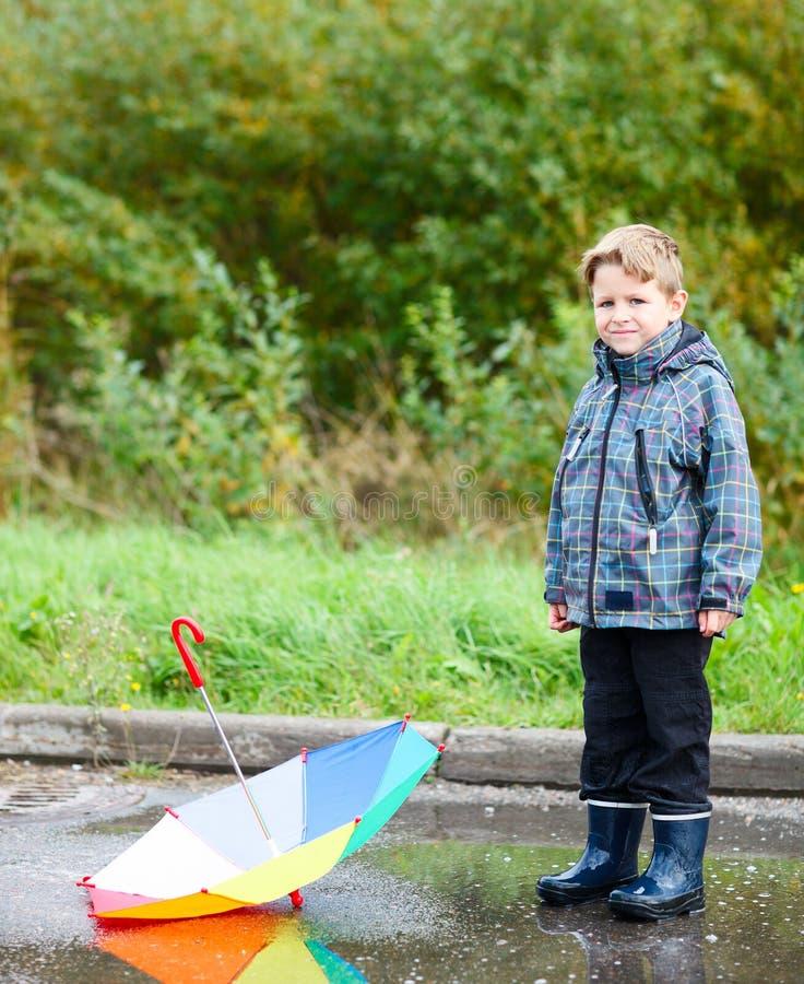 男孩水坑伞 图库摄影