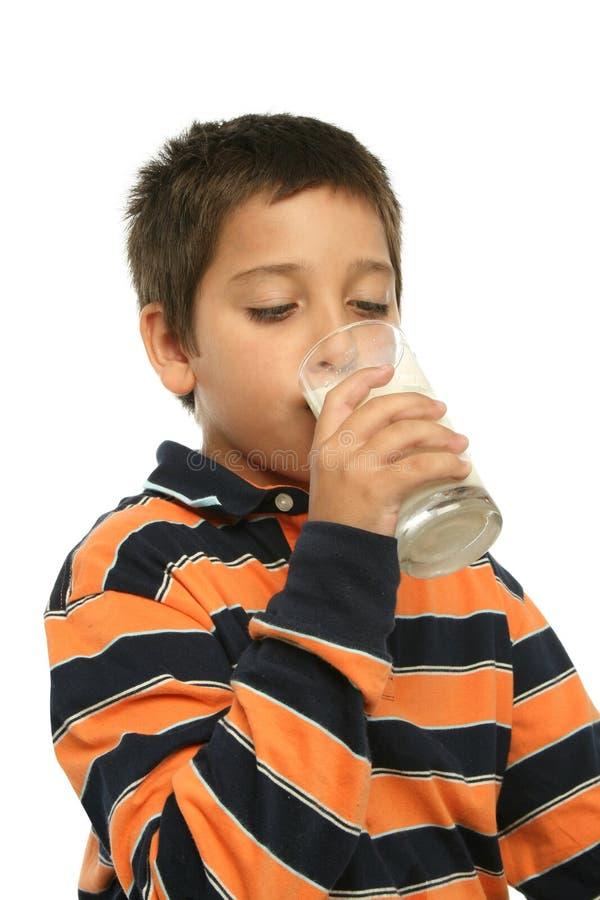男孩水杯牛奶 免版税库存图片