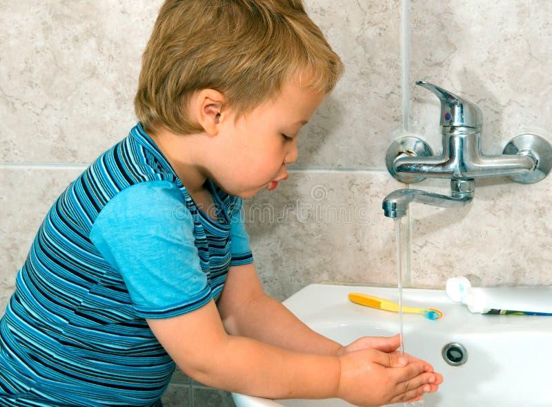 男孩洗涤 免版税图库摄影