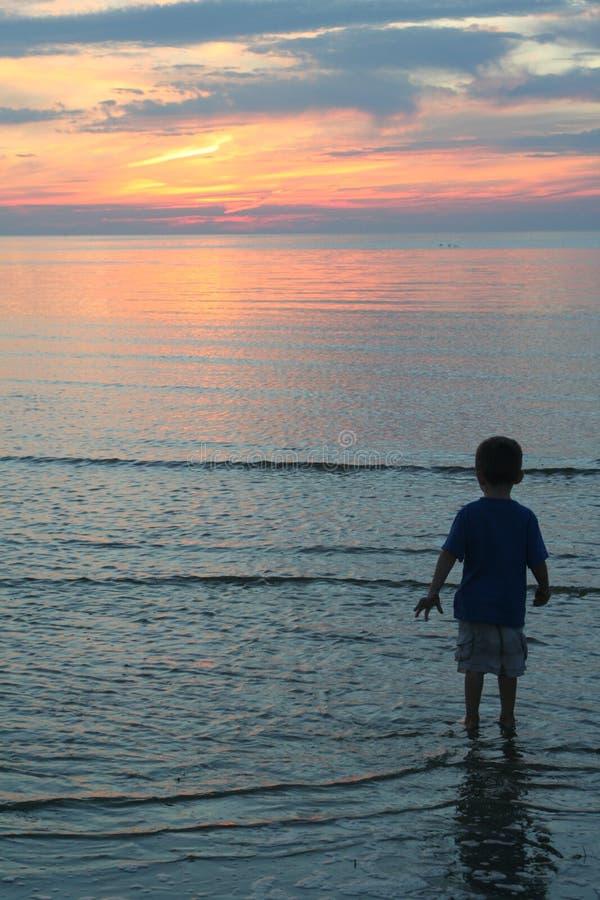 男孩测试的海洋 免版税库存图片