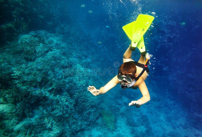 男孩浮动在水之下 免版税库存图片