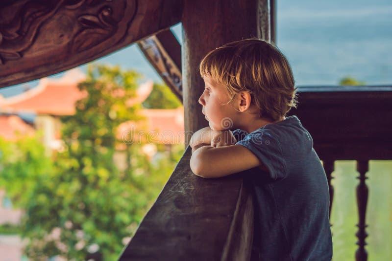 男孩游人在塔 旅行的亚洲概念 旅行与婴孩概念 免版税库存照片