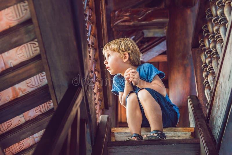 男孩游人在塔 旅行的亚洲概念 旅行与婴孩概念 库存照片