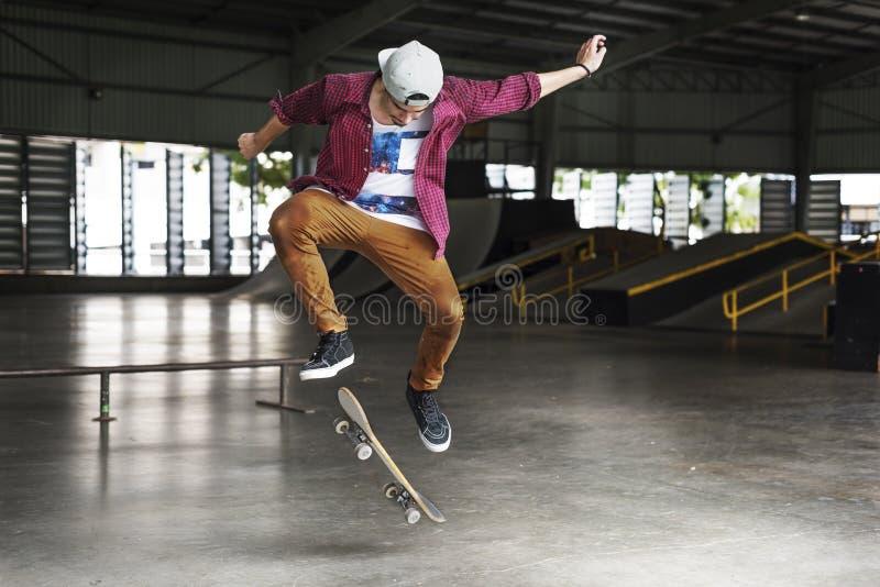 男孩溜冰板运动跃迁生活方式行家概念 免版税库存照片